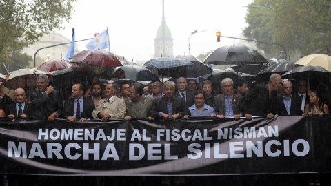 #18F: bajo una intensa lluvia, una multitud de argentinos marchan en honor al fiscal Nisman