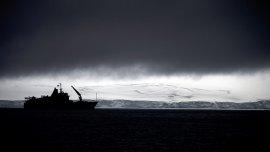 El navío chileno Aquiles pasa delante de la Peninsula Hurd, vista desde las Livingston Islands.