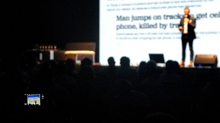El también autor del libroThe Digital Dietinició su charla con un breve juego: pidió a los presentes que entreguen su celular a la persona que tenían al lado. ¿Nerviosos, no? Es como entregar una parte de uno