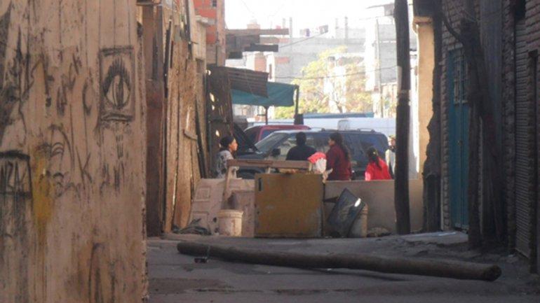 Los narcos crean barricadas para que no ingresen desconocidos.