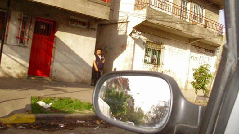 Un dealer espera compradores en la entrada de un pasillo de la villa, en Charrúa 2792.