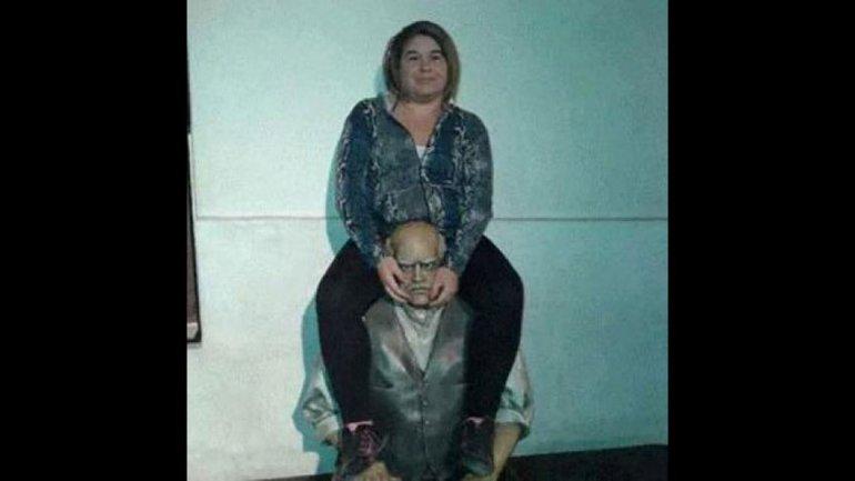 Deberá pasar 6 días presa y pagar 3 mil pesos por sentarse en una estatua de Sarmiento