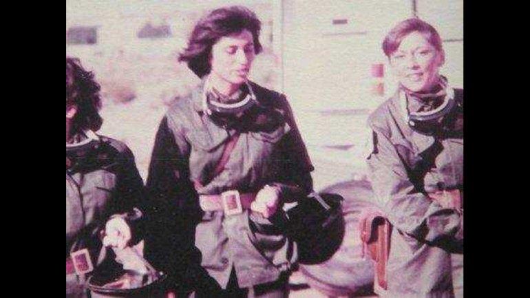 A la derecha, Alicia Reynoso. Fue una de las trece mujeres que con el grado de cabo primero habían sido incorporadas un año antes de la guerra a la Fuerza Aérea y que trabajaron en el hospital reubicable que se instaló en Comodoro Rivadavia.