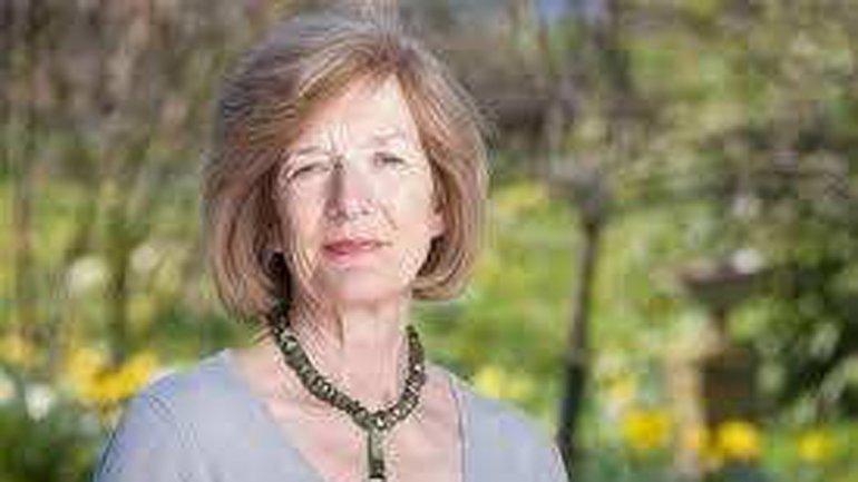 Sarah Jones, la esposa del militar inglés de más alto rango muerto en las islas, Herbert Jones. Es miembro de la Comisión de Tumbas de Guerra de la Commonwealth y preside la Asociación Familias de Malvinas.