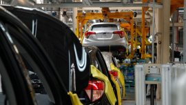 Muchas automotrices debieron reducir la jornada laboral por debilidad de la demanda total