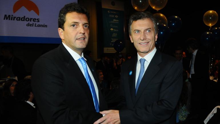 Sergio Massa se saluda con Mauricio Macri