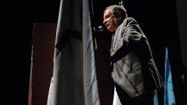 Julio Schlosser, presidente de la DAIA, durante el acto por el Día del Holocausto y el Heroísmo