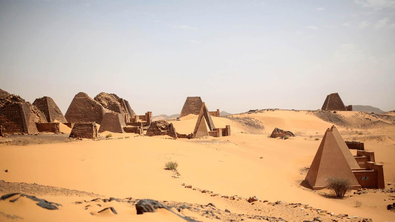 En al-Bagrawiya se encuentra uno de los grandes conjuntos de pirámides y otras edificaciones