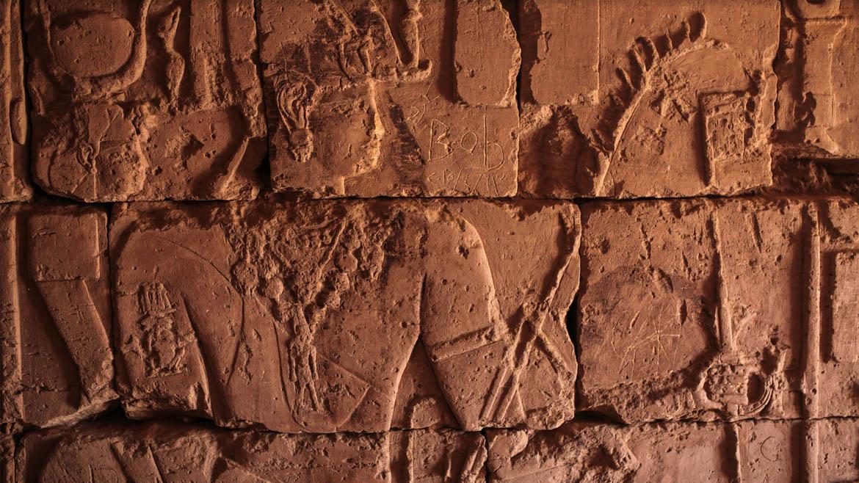 Jeroglíficos se pueden encontrar dentro de las pirámides. Estos son muestra de la gran influencia egipcia sobre Meroë