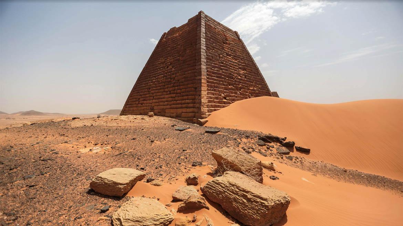 Las pirámides de Meroë son mas pequeñas ya que los meoritas no fueron un pueblo tan monumental como el egipcio, por lo que no disponían del recurso humano suficiente