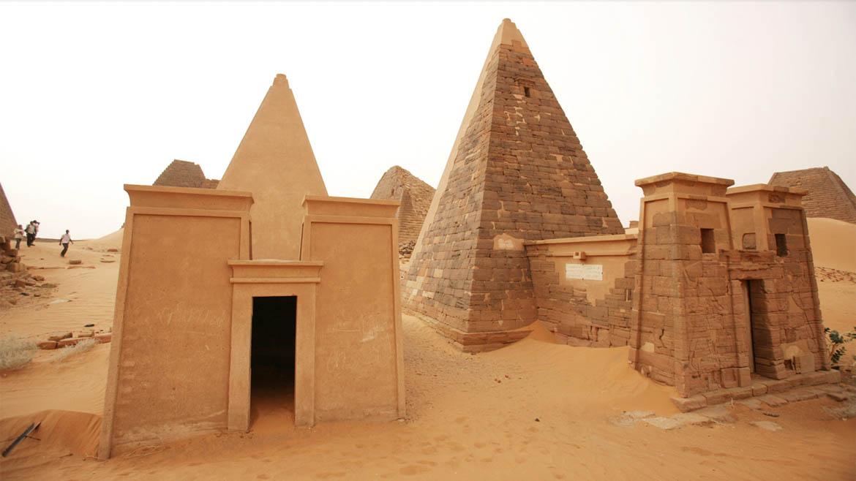 A la izquierda, la pirámide de una reina, y a la derecha la de un rey
