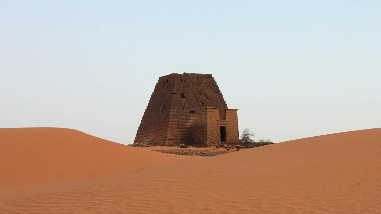 Una solitaria pirámide yace en al-Bagrawiya, y marca el principio del recorrido por las tumbas