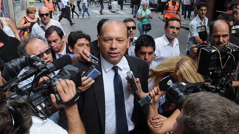 Sergio Berni habla con la prensa en la calle