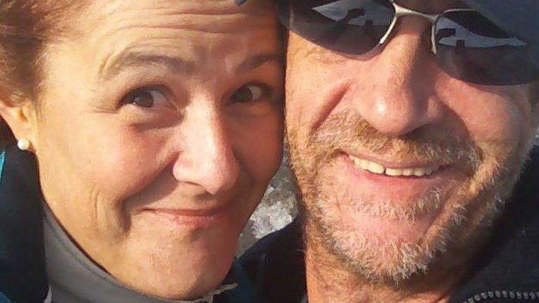 James y Laura se casaron el 2 de abril de 2012 a las 8.30. Elegimos esa hora porque coincide con el principio y el final de la guerra, cuenta Laura. Ese día decidimos trabajar por la paz, agrega.