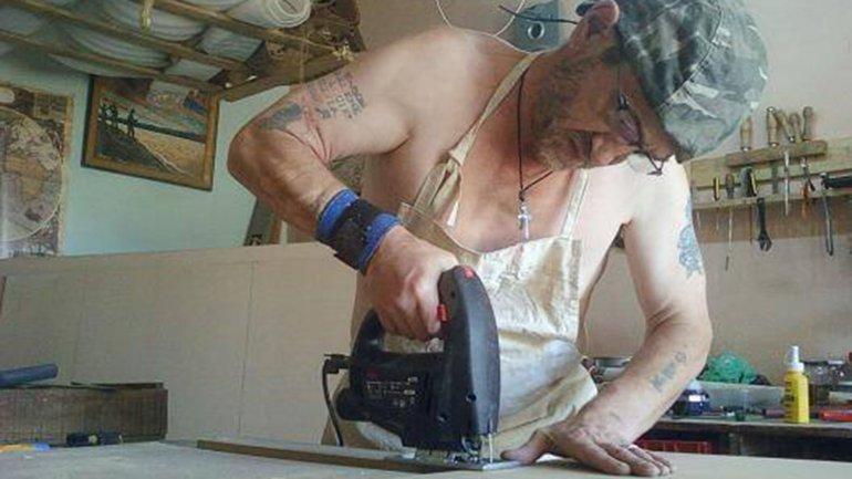 James trabaja de carpintero, un oficio que aprendió de su abuelo. Me gustaría pasar una vida feliz y productiva dentro de la comunidad aquí, pero estoy siendo bloqueado, comenta, sobre la dificultad de conseguir DNI.