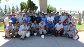 Daniel Yofre, posa junto a trabajadores del gremio aceitero
