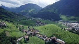 La capital de la Provincia autónoma de Bolzano es una ciudad bilingüe: la mayoría de sus habitantes habla italiano y otra porción se expresa en alemán