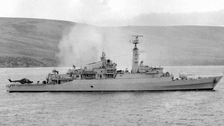 Richards viajó desde Gibraltar a las Islas Malvinas en el HMS Antelope, una fragata de la Royal Navy.