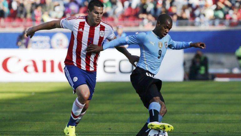 Uruguay se impone ante Paraguay y sigue en carrera en la Copa América de Chile 2015