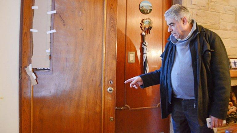 Un vecino de Neuquén muestra cómo quedó la puerta de su casa tras el asalto de los patachorros