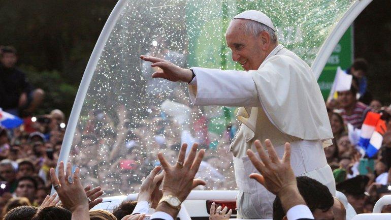 Francisco y la gente: papamovil descubierto y saludos para todos.