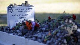 Fotografía del 14 de julio de 2015 donde se ve la tumba del fiscal Alberto Nisman en el cementerio judío de la Tablada en Buenos Aires (Argentina). Seis meses después de su muerte, la Justicia argentina aún no ha podido determin.jpg