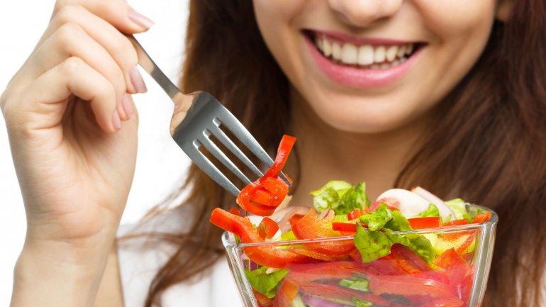 En verano conviene elegir alimentos que provean agua, como las frutas y verduras