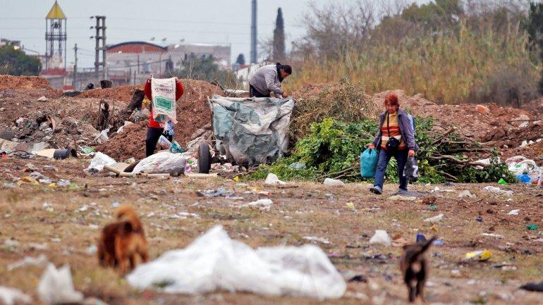 Gente que busca en un basural, reflejo de la pobreza en la Argentina (Archivo)