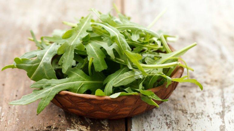 <b>Verduras y legumbres.</b> El folato que contienen las verduras de hoja verde y las legumbres ayuda a reducir los estados de ánimo negativos y la confusión mental. El ránking de folato lo ganan las espinacas.