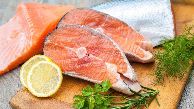 <b>Salmón.</b> Aseguran proteína y ácido omega 3 de cadena larga, el más beneficioso para el cerebro Si, por la razón que sea, consumes poco pescado, opta por carnes magras o lácteos enriquecidos con omega 3 de pescado.