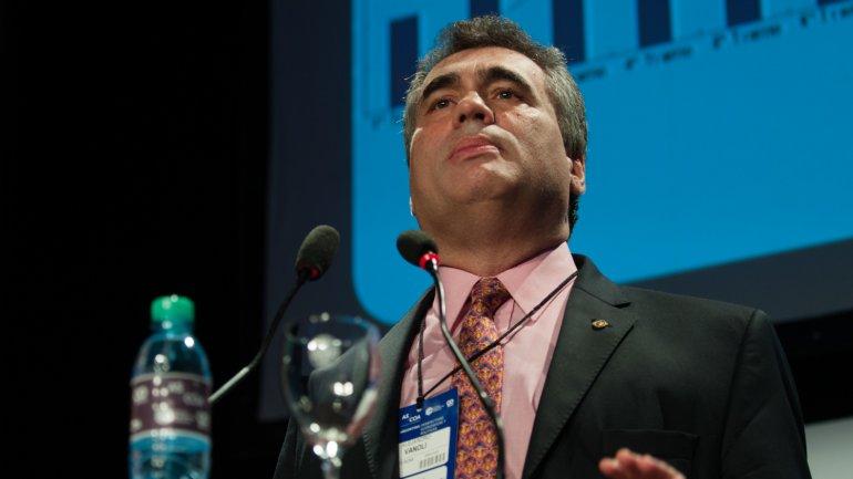 Alejandro Vanoli dispuso elevar los aforos para desalentar las compras de dólares a plazo