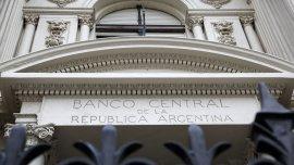 El Banco Central ordenó a los bancos desprenderse de parte de sus activos dolarizados.
