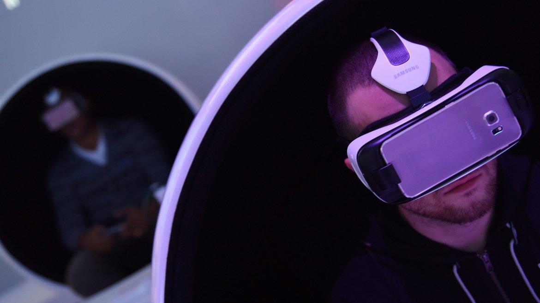 Los asistentes prueban un casco de realidad virtual conectado a un teléfono inteligente Samsung