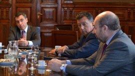 El director nacional electoral, Alejandro Tullio (derecha), junto al presidente y vicepresidente de la Dirección Nacional Electoral, Santiago Corcuera (izquierda) yAlberto Dalla Via (centro)