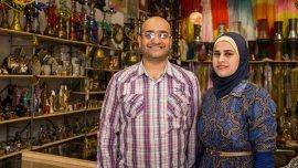 Mohamed y su hermana Huda en su local de Villa Crespo. Huda luce la hejab, el distintivo pañuelo que llevan las mujeres sirias