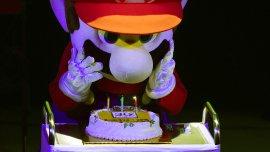 Mario, que recién adoptó su nombre en 1985, soplando las velas
