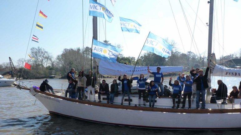 El veleroLa Sanmartiniana quedó varado con nueve tripulantes a bordo antes de ser rescatado.