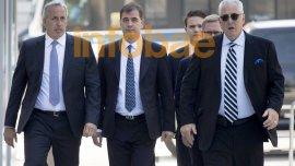 Alejandro Burzaco, acompañado por su abogado Mariano Mendilaharzu (izquierda), llega a la Corte Federal de Nueva York