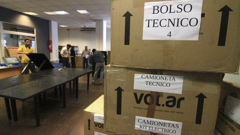 Parte del equipo necesario para instalar las urnas electrónicas que se utilizarán en Resistencia