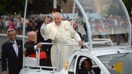 Francisco saluda a la multitud de cubanos que lo recibió