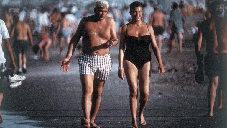 Alfredo Yabrán junto con su mujer, María Cristina Pérez, en Pinamar, en 1996. Tras la publicación de esa imagen tomada por José Luis Cabezas, el reportero gráfico fue asesinado.