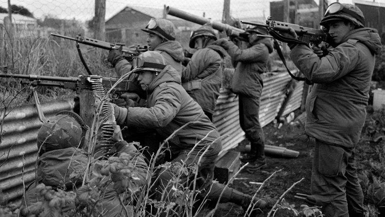 Soldados argentinos se aprestan a entrar en combate en las Islas Malvinas. Autor: Télam/ Román Von Eckstein
