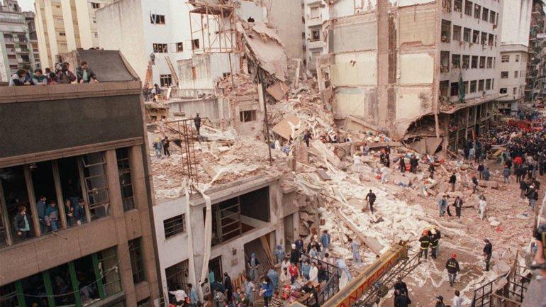 Los escombros de la AMIA (Asociacion de Mutuales Israelitas Argentinas) tras el atentado enBuenos Aires, Argentina del 18 de julio de 1994,que dejaracomo saldo 86 muertos y mas de 300 heridos. Autor:Miguel Ángel Méndez