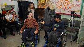Karina Rabolini donó 30 sillas de ruedas en Tierra del Fuego