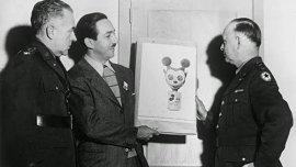 Walt Disney durante la presentación del prototipo de la máscara antigás inspirada en Mickey Mouse.