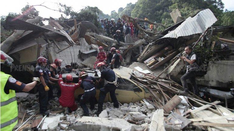 Cientos de rescatistas trabajan contrarreloj para hallar con vida a los desaparecidos enEl Cambray II, a 15 kilómetros de la capital