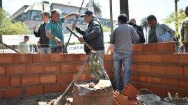 Los ex conscriptos utilizan ladrillos y cemento para construir una especie de monoambiente en Plaza de Mayo