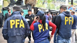 La Policía Federal en Plaza de Mayo observando la construcción