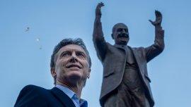 Mauricio Macri frente al monumento a Juan Domingo Perón