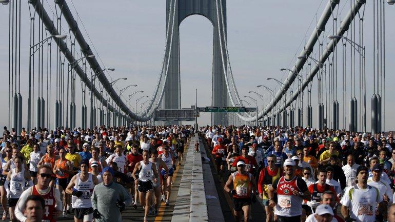 Miles de atletas corriendo por el Brooklyn Bridge, regalando una imagen inigualable